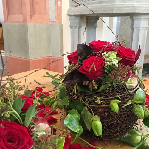 Trauerdekoration Altar