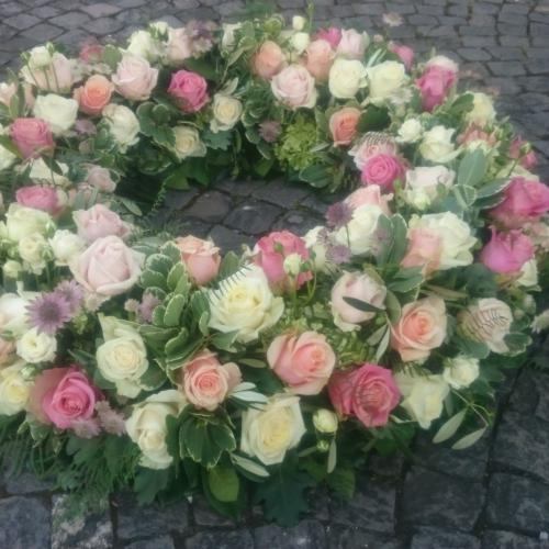 Trauerkranz rosa weiss blumig